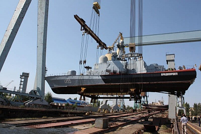 Lifting Pridneprovye missile-armed corvette (MAC) of the Naval Forces of Ukraine with the 900-tonne KONE cranes